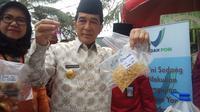 Pjs Wako Palembang Akhmad Najib menunjukkan mie berformalin dan hasil tes kimianya (Liputan6.com / Nefri Inge)