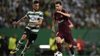 Striker Barcelona Lionel Messi (kanan) mendapat pengawalan dari bek Sporting CP Bruno Fernandes pada laga Liga Champions di Stadion Jose Alvalade, Lisbon, Rabu (27/9/2017). (dok. UEFA)