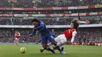 Gelandang Arsenal Matteo Guendouzi menjegal winger Chelsea Willian pada laga Liga Inggris di Emirates Stadium, Minggu (29/12/2019). (AFP/Adrian Dennis)