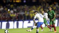Philippe Coutinho mengeksekusi penalti saat Brasil mengalahkan Bolivia (AP Photo/Andre Penner)
