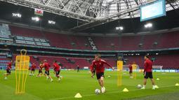 Pemain Wales Gareth Bale (tengah) bersama rekan setimnya berlatih di Johan Cruyff Arena, Amsterdam, Belanda, Jumat (25/6/2021). Wales akan melawan Denmark pada pertandingan babak 16 besar Euro 2020. (AP Photo/Peter Dejong)