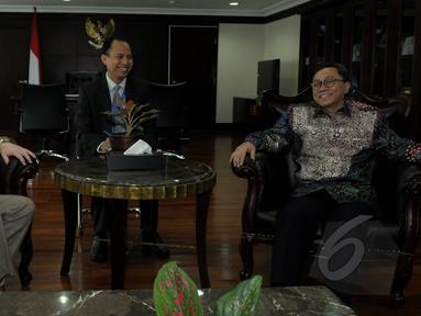Ketua MPR Zulkifli Hasan (kanan) menerima Duta Besar Australia Paul Grigson (kiri) di ruangan ketua MPR, Jakarta (26/3/2015). Kunjungan Dubes Australia dalam rangka perkenalan Duta Besar yang baru. (Liputan6.com/Andrian M Tunay)