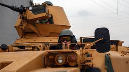 Personel lapis baja Turki (APC) melintasi perbatasan Bab al-Salamah antara Suriah dan Turki di utara provinsi Aleppo (21/1). Turki menganggap Unit Perlindungan Rakyat (YPG) sebagai kelompok teror dari wilayah Afrin di Suriah utara. (AFP/ Nazeer al-Khatib)