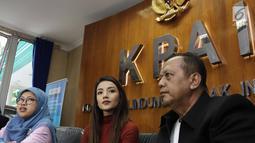 Komisioner KPAI Rita Pranawati (kiri) bersama pesinetron Tsania Marwa dan kuasa hukumnya saat jumpa pers seusai mediasi di Komisi Perlindungan Anak Indonesia (KPAI), Jakarta, Jumat (28/7). (Liputan6.com/Herman Zakharia)