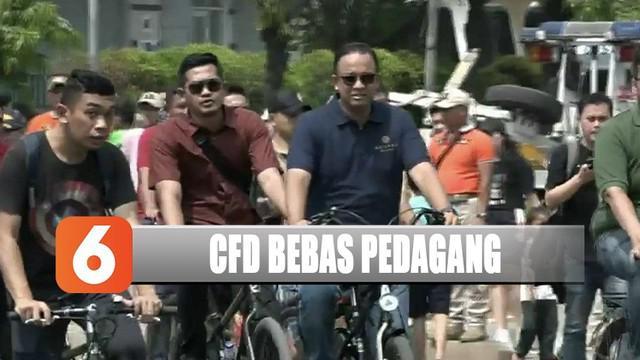 Gubernur Anies Baswedan meninjau pelaksanaan aturan baru PKL di Hari Tanpa Kendaraan Pribadi.