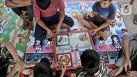 Anak-anak imigran pencari suaka bermain di penampungan sementara di Kalideres, Jakarta, Rabu (18/12/2019). Imigran pencari suaka di penampungan sementara ini berasal dari Afghanistan, Pakistan, Irak, dan Somalia. (merdeka.com/Iqbal Nugroho)