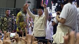 Capres nomor urut 02 Prabowo Subianto menyapa relawan Prabowo-Sandi di Padepokan Silat TMII, Jakarta, Jumat (15/3). Pembekalan ratusan relawan tersebut dalam rangka persiapan memenangkan Prabowo-Sandi di Pilpres 2019. (Liputan6.com/Immanuel Antonius)