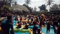 Ribuan pengunjung nampak berdesakan berebut tempat di wahana ombak buatan area wisata air hangat Sabda Alam, Cipanas Garut, Jawa Barat (Liputan6.com/Jayadi Supriadin)