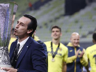 Liga Europa yang sebelumnya bernama Piala UEFA adalah ajang yang kelasnya di bawah Liga Champions. Nama Unai Emery menjadi identik dengan trofi ini usai merebutnya sebanyak 4 kali, melewati pencapaian Giovanni Trapattoni. Berikut momen 4 gelar yang diraihnya. (AFP/Kacper Pempel/Pool)