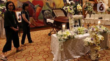 Keluarga dan kerabat berkumpul dekat peti jenazah almarhum pengusaha Ciputra saat disemayamkan di Gedung Ciputra Artpreneur, Jakarta, Kamis (28/11/2019). Pendiri Ciputra Group tersebut meninggal pada usia 88 tahun di Rumah Sakit Gleneagles, Singapura. (Liputan6.com/Johan Tallo)
