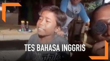 Saat dites kemampuan berbahasa Inggris oleh rekannya, seorang bocah malah menjawab dengan asal dan kocak.