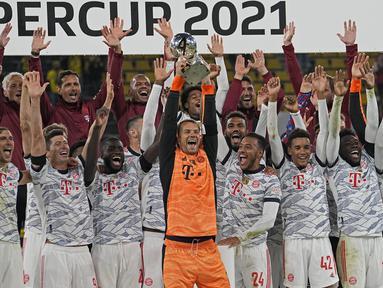 Bayern Muchen berhasil angkat trofi Piala Super Jerman 2021 setelah berhasil tundukkan Borussia Dortmund di laga final. Duel dua raksasa Jerman tersebut berlangsung sengit selama 90 menit pertandingan. (Foto: AP/Martin Meissner)