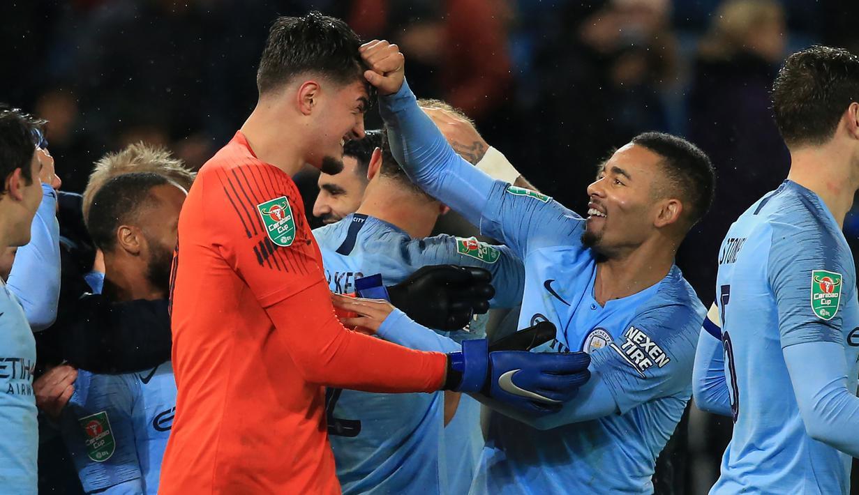 Striker Manchester City, Gabriel Jesus, bersama Arijanet Muric merayakan kemenangan atas Leicester pada laga Piala Liga di Stadion King Power, Leicester, Selasa (18/12). Leicester kalah adu penalti dari City. (AFP/Lindsey Parnaby)