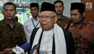 Calon Wakil Presiden dari nomor urut 01 KH Ma'ruf Amin memberikan keterangan kepada awak media saat tiba untuk memimpin rapat rutin bersama petinggi dan anggota MUI di Jakarta, Selasa (13/11).(Merdeka.com/Iqbal S. Nugroho)