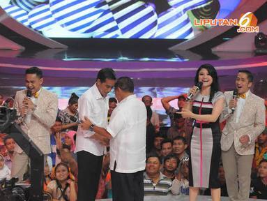 Jokowi dan Aburizal Bakrie tampak berpelukan akrab saat tampil di acara D'Terong Show yang mengambil tema D'mokrasi (Liputan6.com/Herman Zakharia)