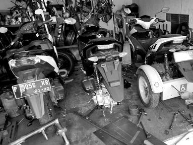 Penyandang disabilitas Catur Bambang (45) menyelesaikan pembuatan sepeda motor roda tiga di bengkelnya, Jalan Wijaya Kusuma, Ciputat Timur, Tangerang Selatan, Banten, Selasa (5/11/2019). Cacat fisik tidak menyurutkan semangatnya membantu penyandang disabilitas. (merdeka.com/Arie Basuki)