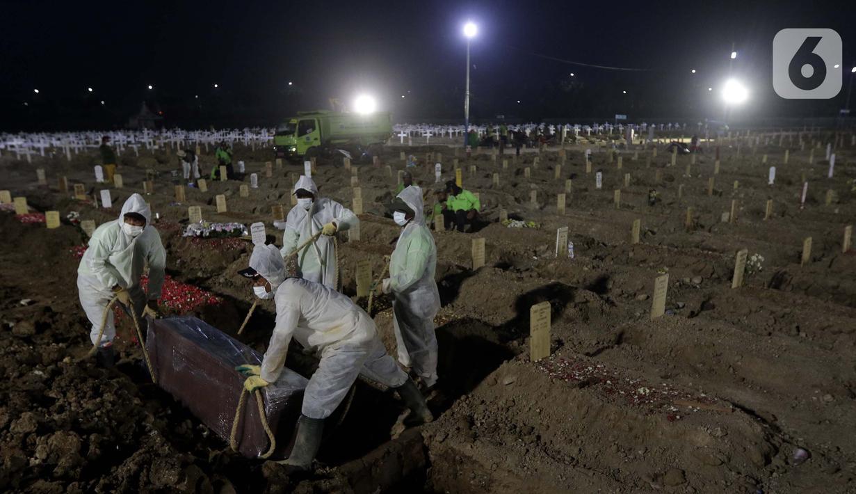 Petugas melakukan persiapan memakamkan jenazah dengan protokol COVID-19 di TPU Rorotan, Cilincing, Jakarta, Sabtu (31/7/2021). Sejak awal pandemi hingga Sabtu (31/7) tercatat sudah 12.135 orang di Jakarta meninggal dunia akibat terpapar virus COVID-19. (Liputan6.com/Helmi Fithriansyah)