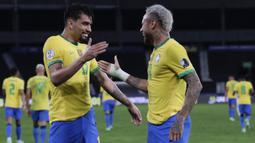 Dominasi Brasil akhirnya berbuah hasil pada menit ke-35. Aksi individu Neymar yang menyerang dari sisi kiri pertahanan lawan akhirnya dapat dikonversi oleh Lucas Paqueta yang berdiri bebas tanpa bayang-bayang. Papan skor berubah menjadi 1-0 dengan keunggulan Brasil. (Foto: AP/Silvia Izquie)
