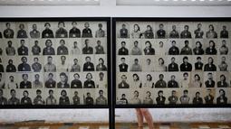 Pengunjung melihat-lihat foto korban rezim Khmer Merah di bekas penjara Tuol Sleng yang kini menjadi Museum Genosida di Phnom Penh, (5/8/2014). (REUTERS/Damir Sagolj)