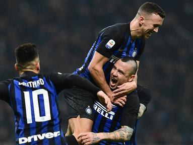 Gelandang Inter Milan Radja Nainggolan (kanan bawah) melakukan selebrasi bersama Lautaro Martinez dan Ivan Perisic usai mencetak gol ke gawang Sampdoria pada Serie A di Stadion San Siro, Milan, Minggu (17/2). Inter Milan menang 2-1. (Miguel MEDINA/AFP)