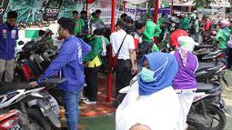 Suasana Servis dan ganti oli motor gratis untuk para buruh di Lapangan Ahmad Yani, Tangerang, banten (1/5). Servis dan ganti oli motor gratis ini dalam rangka peringatan Hari Buruh Sedunia. (Merdeka.com/Arie Basuki)