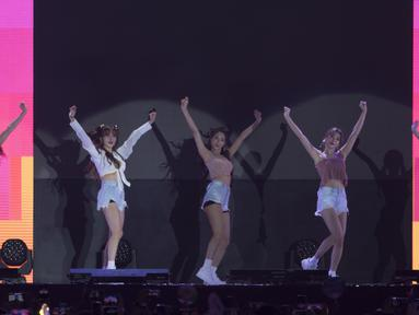Girlband K-Pop, AOA, tampil pada upacara penutupan Asian Para Games di Stadion Madya Senayan, Jakarta, Sabtu (13/10). (Bola.com/Vitalis Yogi Trisna)