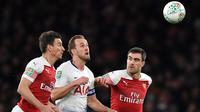 Bek Arsenal, Laurent Koscielny, berusaha merebut bola dari striker Tottenham, Harry Kane, pada laga perempat final Piala Liga di Stadion Emirates, London, Rabu (19/12). Arsenal kalah 0-2 dari Tottenham. (AFP/Ben Stansall)