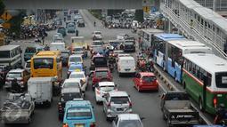 Sejumlah kendaraan mengantri untuk bisa melewati perempatan Jalan Matraman Raya, Jakarta, Selasa (19/1/2016). Jalan Matraman Raya yang mengarah Kramat Raya macet parah imbas dari perbaikan saluran air. (Liputan6.com/Helmi Fithriansyah)