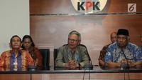 Mantan Pimpinan KPK, Tumpak Hatorangan Panggabean, Erry Riyana Hardjapamekas dan Taufiqurrahman Ruki memberikan keterangan atas polemik Revisi UU KPK di Jakarta, Senin (16/9/2019). Mereka menanggapi rancangan UU KPK seharusnya menguatkan pemberantasan korupsi. (merdeka.com/dwi narwoko)