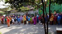 Siswa-siswi SD N Gunungpring 02 Muntilan, Magelang menggelar upacara peringatan Hari Kartii, 21 April 2018. (foto: liputan6.com / edhie prayitno ige)