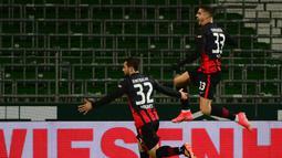 Striker Eintracht Frankfurt, Andre Silva (kanan) bersama Amin Younes merayakan gol yang dicetaknya ke gawang Werder Bremen dalam laga lanjutan Liga Jerman 2020/21 pekan ke-23 di Weserstadion, Bremen, Jumat (26/2/2021). Eintracht Frankfurt kalah 1-2 dari Werder Bremen. (AFP/Patrik Stollarz/Pool)