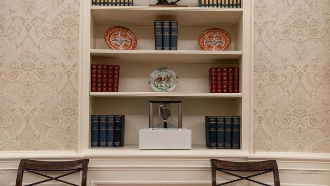 Batu bulan milik NASA di kantor Presiden Joe Biden di Gedung Putih. Dok: AP Photo