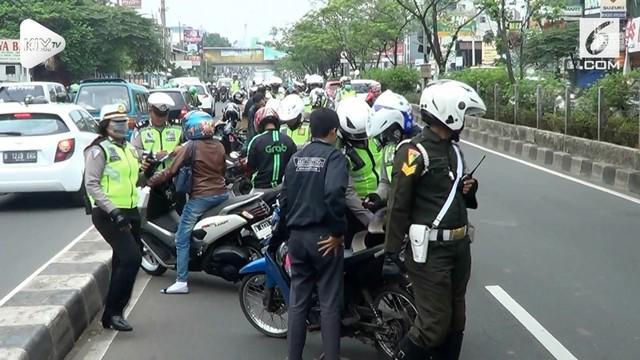 Operasi Zebra yang dilakukan oleh Polresta Depok diwarnai dengan melawan arus dari pengendara motor yang menghindari razia polisi