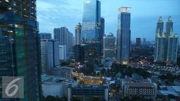 Pemandangan gedung pencakar langit terlihat dari kawasan Sudirman, Jakarta, Sabtu (14/1). Serta proyeksi lembaga-lembaga perekonomian dunia terhadap pertumbuhan ekonomi Indonesia. (Liputan6.com/Immanuel Antonius)
