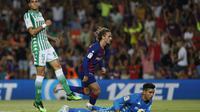 Striker Barcelona Antoine Griezmann merayakan golnya ke gawang Real Betis pada pekan kedua Liga Spanyol di Camp Nou, Senin (26/8/2019) dini hari WIB. (AP Photo/Joan Monfort)