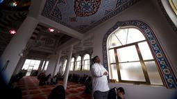 Seorang muslim Australia melakukan salat saat bulan suci Ramadan di Masjid Gallipoli yang terletak di pinggiran Auburn, Sydney, Australia, Jumat (10/7/2015). Gambar diambil tanggal 10 Juli 2015. (REUTERS/David Gray)