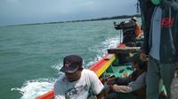 BPBD Kabupaten Rembang  masih terus melakukan pencarian terhadap Sumakno, seorang nelayan yang hilang misterius di tengah laut. (Liputan6.com/ Ahmada Adirin)