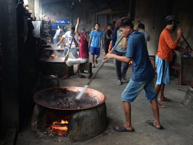 Pekerja memproduksi dodol Betawi di rumah industri di kawasan Pasar Minggu, Jakarta, Selasa (4/5/2021). Dodol Betawi dijual dengan harga Rp 50 ribu - Rp 100 ribu per kilogram. (merdeka.com/Imam Buhori)