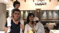 Potret harmonis keluarga Fachri Albar dan Renata Kusmanto. (Sumber: Instagram/aialbar).