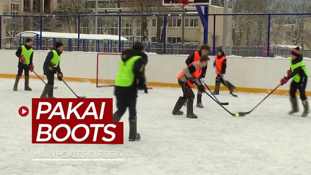 Berita video menariknya bermain hoki es memakai sepatu boots tradisional di St. Petersburg, Rusia.