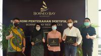 Serah terima sertifikat Akta Jual Beli Apartemen Borneo Bay Residences kepada penghuni. Dok