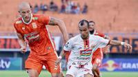 Duel bek Borneo FC, Jan Lammers dengan gelandang sayap Persija, Riko Simanjuntak pada leg kedua semifinal Piala Indonesia. (Istimewa)