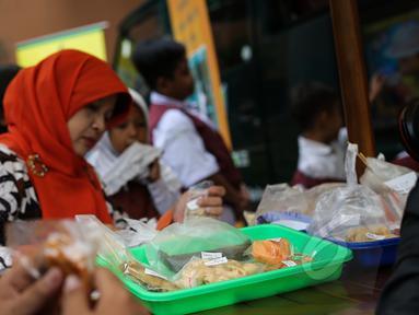 Badan Pengawas Obat dan Makanan (BPOM) melakukan sidak jajanan di SDN 15 Rawamangun, Jakarta, Senin (13/4/2015). Sidak tersebut untuk mengawasi peredaran makanan serta sosialisasi terhadap bahaya makanan mengandung formalin. (Liutan6.com/Faizal Fanani)