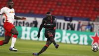 Sadio Mane mencetak gol kedua Liverpool ke gawang RB Leipzig pada leg pertama babak 16 besar Liga Champions di Stadion Puskas Arena, Rabu (17/2/2021) dini hari WIB. (AP Photo/Laszlo Balogh)