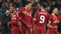Bek Liverpool, Virgil Van Dijk (kedua kiri) berselebrasi bersama rekan-rekannya usai pertandingan melawan Everton di Piala FA di Anfield, Inggris (5/1).  Liverpool menang 2-1 atas Everton. (AFP Photo/Paul Ellis)