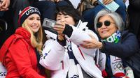 Ivanka Trump (kiri) berswafoto bersama istri Presiden Korea Selatan Kim Jung-sook (tengah) dan Menlu Korea Selatan Kang Kyung-wha (kanan) saat menghadiri Olimpiade Musim Dingin Pyeongchang 2018, Korea Selatan, Sabtu (24/2). (FRANCK FIFE/AFP)