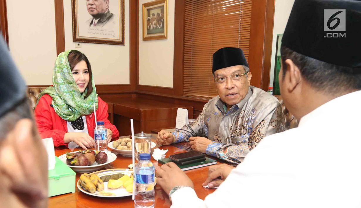 Ketua Umum Partai Solidaritas Indonesia (PSI) Grace Natalie saat berbincang dengan Ketua Umum PBNU, KH Said Aqil Siradj di Kantor PBNU, Jakarta, Senin (26/3). Partai PSI melakukan kunjungan silaturahmi ke Kantor PBNU. (Liputan6.com/Angga Yuniar)
