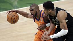 Phoenix Suns bangkit di kuarter kedua. Skuat asuhan Monty Williams berhasil ungguli Bucks dengan skor 31-13. Alhasil, Chris Paul (kiri) dkk berhasil unggli skor hingga selisih lima poin (47-42) atas Bucks. (Foto: AP/Aaron Gash)