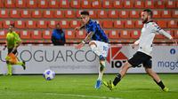 Pemain Inter Milan Lautaro Martinez menendang bola saat melawan Spezia pada pertandingan Serie A Liga Italia di Stadion Alberto-Picco, La Spezia, Italia, Rabu (21/4/2021). Pertandingan berakhir dengan skor 1-1. (ANDREAS SOLARO/AFP)
