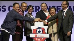 Suasana seremoni pembukaan saat Peluncuran Shopee Liga 1 di SCTV Tower, Jakarta, Senin (13/5). Sebanyak 18 klub akan bertanding pada Liga 1 mulai tanggal 15 Mei. (Bola.com/Vitalis Yogi Trisna)